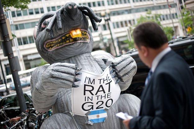 Exponen al lobbyista que logró que Argentina pagara a los fondos buitre: una notable lección en Public Affairs